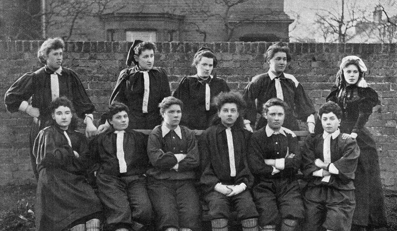 Seit wann wird Frauenfußball gespielt?