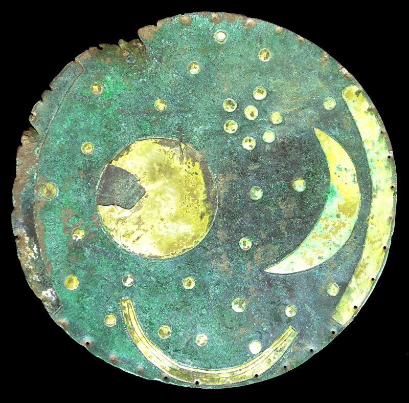 Die Himmelsscheibe von Nebra stammt aus der Bronzezeit. Sie wurde 1999 von Raubgräbern entdeckt und beschädigt.