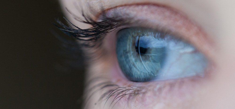 Woher kommen Flecken vor den Augen?