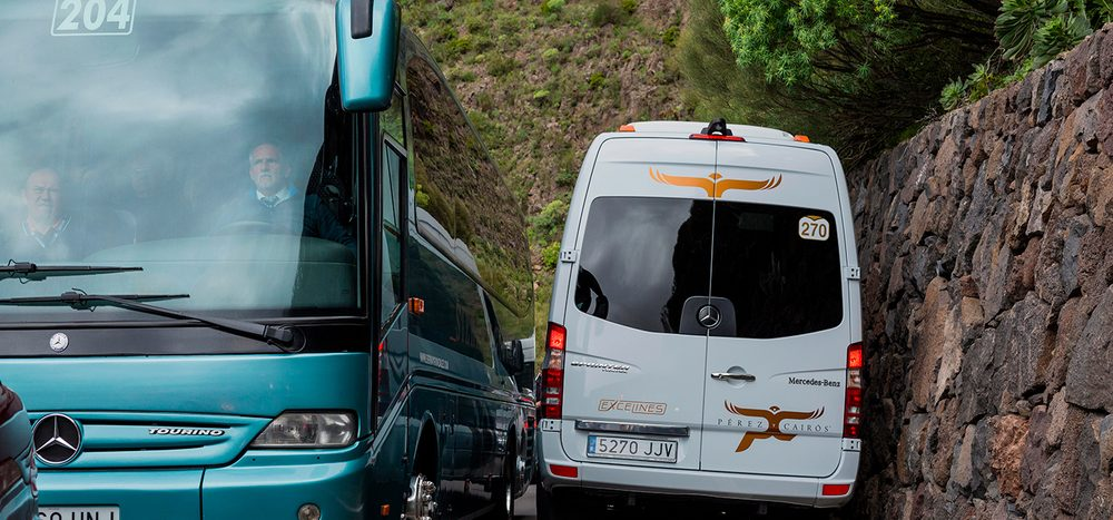 Gegenverkehr auf engen Straßen am Berg: Wer muss ausweichen?